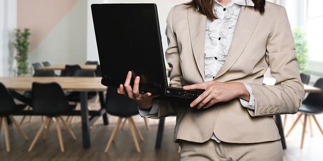 podnikatelka a laptop