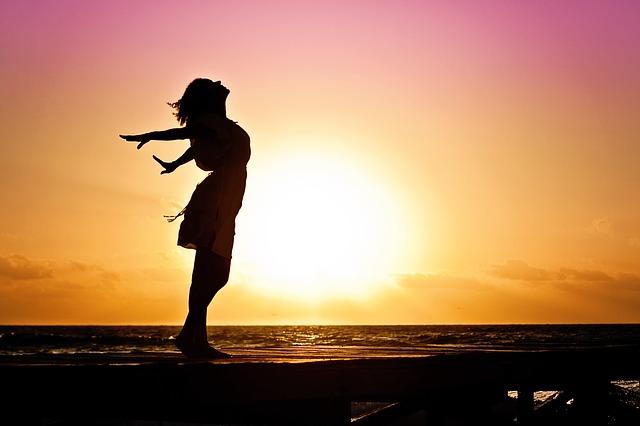 východ slunce a silueta ženy