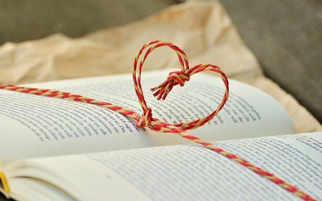 kniha přepažená stužkou ve tvaru srdce
