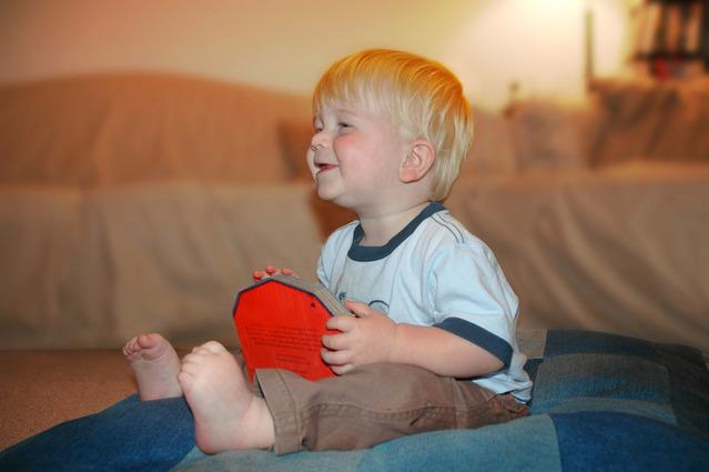 malý chlapec sedící na sedačce