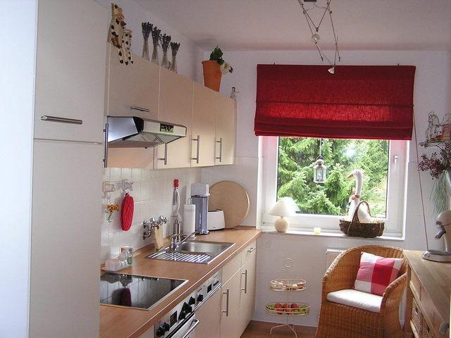 I když chybí prostor, dá se skvěle uvařit. Triky na vybavení malé kuchyně vmalém bytě.